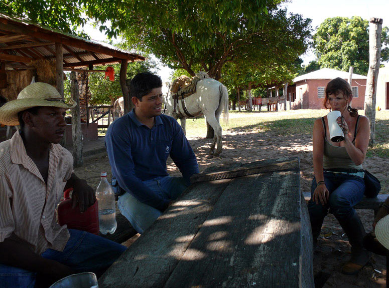 Refreshing and talking with the pantaneiros